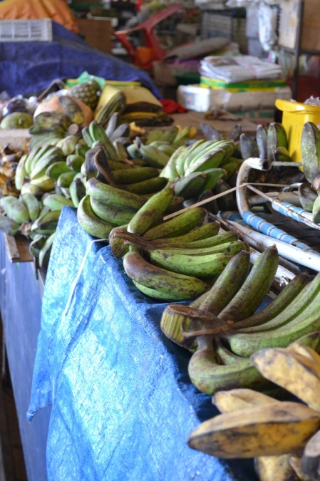 We did not know bananas have hundreds kinds. These are from the Sandakan's central market ::: Nevedeli sme ze bananov je milion druhov. Tieto su z trznice v Sandakane