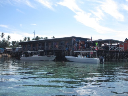 Big John Scuba - our home on stilts for next 3 days ::: Big John Scuba - nas domov na stracich nozkach na dalsie 3 dni