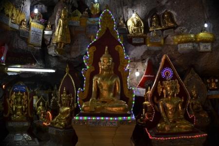 Temple time. This time a cave filled with buddhas ::: Cas na chramy. Tento je v jaskyni plnej sosiek budhov