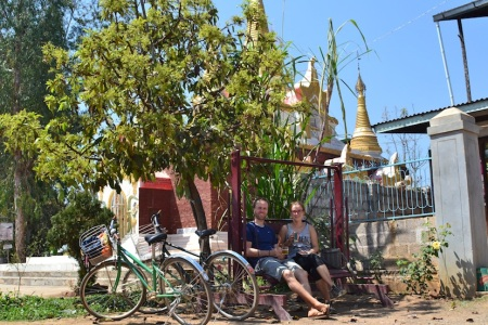 Biking around Inle Lake. In this heat we deserved a cold one ::: Cyklistika okolo Inle lake jazera. V tomto teple sme si zasluzili jedno studene