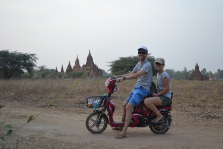 It made a few of the locals laugh, but this was our trusted e-bike, for two days our way to get around kilometres of pagoda-filled area ::: Niekolko lokalov sme rozosmiali, ale tento e-bike bola nasa volba na dva dni stravene v pagodami posiatom Bagane