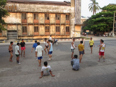 After work chill-out: street football with a small straw ball ::: Pohodicka po praci: domaci futbal so slamenou loptou