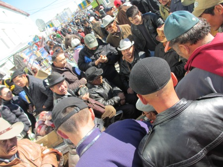 The Mongolian men haggling over snuff flasks at the Ulaanbaataar 'black market' ::: Mongolski muzi sa dohaduju nad flaskami na snupaci tabak na Ulaanbataarskom 'ciernom trhu'