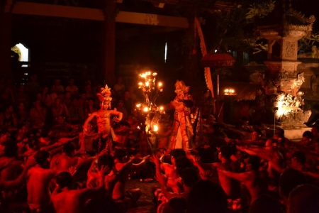 We had many highlights today but we had to choose one. This is the traditional balinese Kecak Fire and Trance Dance performance ::: Dnes sa toho dialo vela, ale museli sme si vybrat len jednu fotku. Toto je tradicne balinezske vystupenie Kecak Fire and Trance Dance