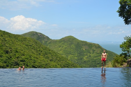 We got up really early to go to this natural infinity pool on the island of Lantau ::: Dnes sme vstavali velmi skoro a stravili sme den v 'nekonecnom' bazene na ostrove Lantau
