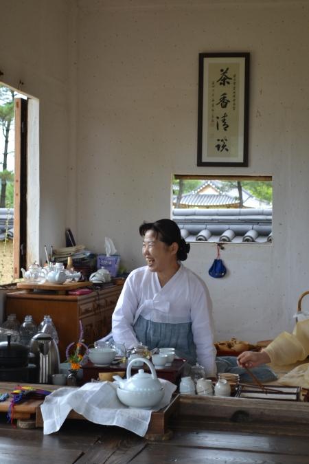 We spent the day at a traditional Korean village and attended a small tea ceremony ::: Dnesny den sme stravili v tradicnej korejskej dedine a zucastnili sme sa tam maleho cajoveho ritualu
