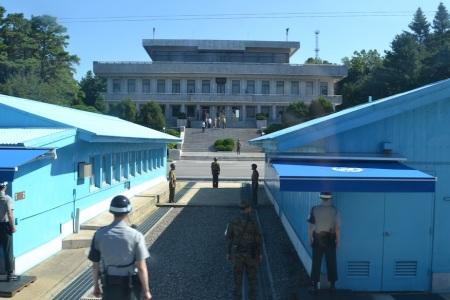 We saw some fellow (North Korean) tourists across the border today ::: Dnes sme videli turistov zo Severnej Koreje na vylete na korejskej hranici