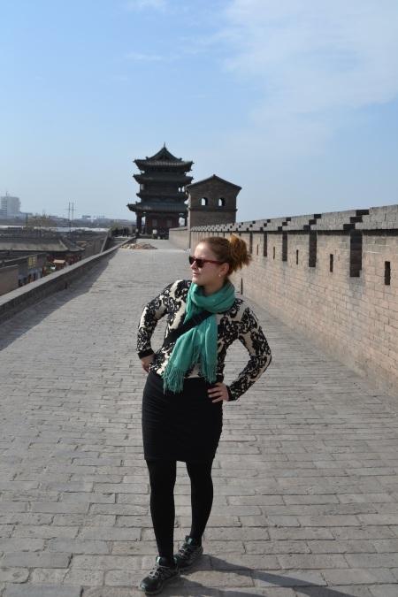 Lucia parading Pingyao's city walls in her new Beijing outfit ::: Lucia predvadza jej novy outfit z Pekingu na mestskych hradbach v Pingyao