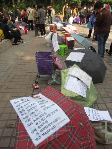 Shanghai meat-market: Parents offering their kids for marriage (incl date of birth, height, salary...) ::: Sanghajsky obchod s bielym masom: rodicia ponukaju deti k vydaju (nechyba vyska, vek ci plat)