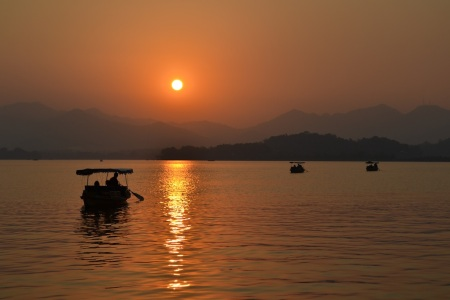 The day is ending at the West Lake in Hangzhou :::  Den konci pri West Lake v Hangzhou