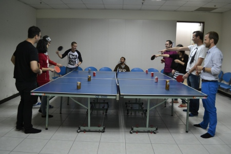 1st ever Thanksgiving Day celebrated with our Couchsurfing hosts. As part of that we played beer-pong ::: 1. Den Vdakyvzdania s nasimi Couchsurfing hostitelmi. Sucast programu bol 'beer-pong' alebo pivny ping-pong