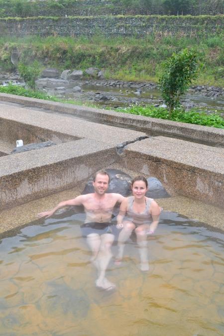 Public hot spring between  road and a river ::: Verejne kupele s horucim pramenom medzi cestou a riekou